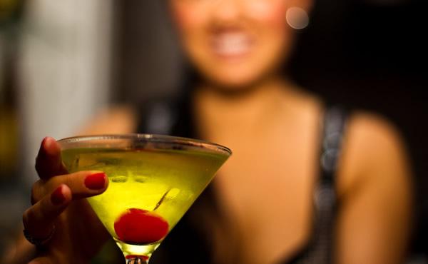 mulher-segurando-drink-#belicosa55